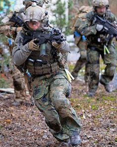 German KSK operator up to no good. Military Units, Military Gear, Military Police, Airsoft, Marine Corps Humor, Ghost Soldiers, Military Action Figures, Military Special Forces, Special Ops