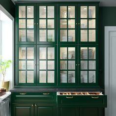 home to call your own A green and fresh BODBYN kitchen - IKEA How To Choose Outdoor Carpeting Articl Glass Kitchen Cabinets, Kitchen Mixer Taps, Glass Cabinet Doors, Glass Door, Green Cabinets, Tv Cabinets, Shabby Chic Kitchen, Kitchen Decor, Ikea Bodbyn Kitchen