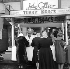 No Pie n Mash, but plenty of customers at Tubby Isaacs' famous jellied eel stall, Aldgate. c.1955