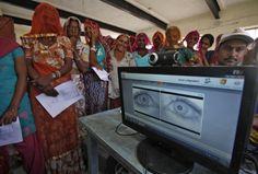 Conozca el proceso de escaneo de ojos que la India lleva a cabo para asegurar que el dinero en efectivo llegue a manos de los más necesitados: