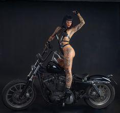 Harley Davidson, Barnet, Hot Bikes, Biker Girl, Girl Tattoos, Tattoo Girls, Pin Up, Wonder Woman, Glamour