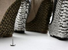 Sapatos customizados com tachinhas no salto // Que siiiimples, e o resultado pode ficar mara!!!