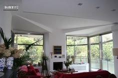 Salone con vetrate fisse e apribili in acciaio #inox a #tagliotermico satinato.