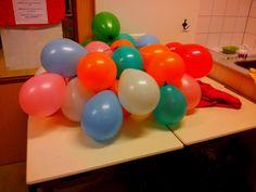 Lootjes trekken voor Sinterklaas o.i.d.? Schrijf namen op de lootjes, rol/vouw ze op, stop ze in een ballon en blaas deze op. Prik een ballon, het kind met de naam dat uit de ballon valt mag zijn/haar surprise pakken. Daarna prikt hij/zij de volgende ballon en noemt de naam dat op het lootje staat.