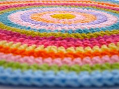 Round crochet, - round mat for DeeDee's room ? Crochet Circles, Crochet Mandala, Crochet Round, Crochet Home, Crochet Crafts, Yarn Crafts, Crochet Projects, Sewing Projects, Rainbow Crochet