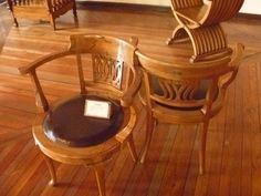 cadeiras trabalhadas em madeira.