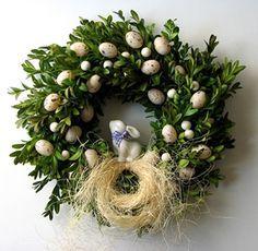 Świąteczny wianek na drzwi wykonany na bazie z brzozowych gałązek,otulony naturalnym bukszpanem,udekorowany białym porcelanowym zajączkiem oraz małymi nakrapianymi jajeczkami.Średnica zewnętrzna ok.25cm. SERDECZNIE ZAPRASZAMY DO ZAKUPU :)...