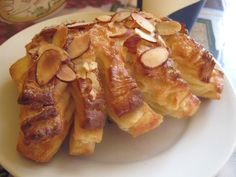Bear Claws favorite-decor-mostly-french Bear Claw Recipe, Bear Claws, Sweet Pastries, Fresh Bread, New Recipes, Yummy Recipes, Simple Pleasures, Bon Appetit, Baked Goods