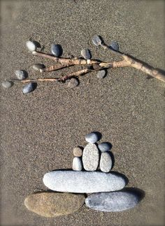 Beach rock art: Under the Willow Tree Nome, Alaska - Possibly a mothers day project? Pebble Stone, Pebble Art, Stone Art, Stone Crafts, Rock Crafts, Beach Rocks Crafts, Beach Rock Art, Rock Sculpture, Rock And Pebbles