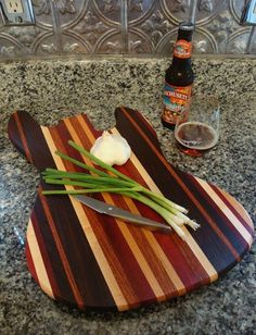 Bloodwood & Peruvian Black Walnut - Handmade Wood Jazzy Bass Guitar Cutting Board - Jo, I might have to steal this Diy Cutting Board, Wood Cutting Boards, Butcher Block Cutting Board, Butcher Blocks, Wood Projects, Woodworking Projects, Guitar Gifts, Music Decor, Inexpensive Gift