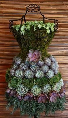 Succulent Garden Dress Form Display - DIY Tutorial #cultivos #containergardeningideas #GardenDesignTips