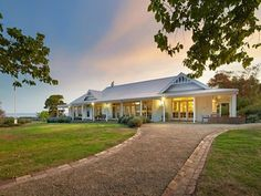 This property near Melbourne includes a renovated farmhouse with modern and country-style interiors, an artist's studio and commercial cattle yards. Australian Country Houses, Modern Country, Country Estate, Country House Plans, Country Style Homes, Weatherboard House, Queenslander, Australia House, Melbourne Australia