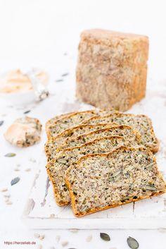 Dieses ❤️ Eiweißbrot ohne Mehl ist glutenfrei und superlecker. Das Rezept ist ganz simpel und einfach, wer Low Carb lebt, wird das Rezept lieben Protein Bread, Low Carb Protein, Low Carb Keto, Flour Recipes, Gluten Free Recipes, Bread Recipes, Banana Bread, Nom Nom, Snacks