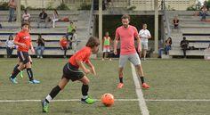 El futbolista español Juan Mata imparte clínicas en el Caribbean Fútbol Club