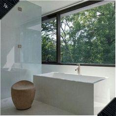 Baño blanco minimalista.