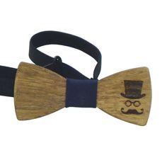 Το Παπιγιόν Ξύλινο Σκαλιστό για αγόρι είναι ένα εντυπωσιακό αξεσουάρ που θα ολοκληρώνει το ντύσιμο του παιδιού. Η τελευταία λέξη της παιδικής μόδας, μπορεί να συνδυαστεί με όλα τα πουκάμισα. Ξύλινο υλικό με λάστιχο που αυξομειώνεται και μπορεί να φορεθεί έως 10-12 ετών. Σε όμορφη συσκευασία δώρου