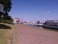 Maasboulevard, heerlijk aan de waterkant, bootjes kijken.