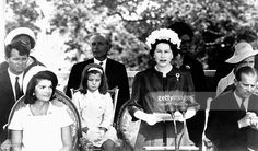 La Reine Elisabeth photographiée pendant le discours inaugural avec de gauche à droite, Robert Kennedy, Jacqueline Kennedy et sa fille Caroline âgée de 7 ans, Alec Douglas-Home, Premier ministre et le Prince Philip, à Runnymede, Royaume-Uni, le 14 mai 1965.
