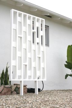 DIY Mid Century Inspired Exterior Screens – SUBURBAN POP Mid Century Ranch, Mid Century House, Mid Century Style, Mid Century Design, Plywood Furniture, Furniture Design, Deck Furniture, Kitchen Furniture, Chair Design