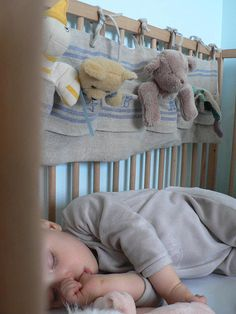 Range-doudous à poches à accorcher au pied du lit pour ranger