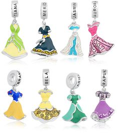 Charms Princesas Disney! Coleção com pingentes dos vestidos de princesas Disney: Tiana (A Princesa e o Sapo), Merida (Valente), Jasmine (Aladdin), Aurora (Cinderela), Branca de Neve, Bela, Ariel (A Pequena Sereia) e Rapunzel.