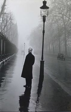British author Eric Ambler, London 1952 by Elliott Erwitt Old Photography, Street Photography, Classic Photography, Reflection Photography, Inspiring Photography, Elliott Erwitt Photography, Steve Mccurry, Henri Cartier Bresson, Jack Kerouac