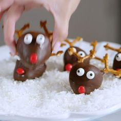 food vids Dipped Strawberry Rudolph How-To Video Christmas Deserts, Christmas Party Food, Xmas Food, Christmas Cooking, Christmas Goodies, Holiday Desserts, Holiday Baking, Holiday Treats, Holiday Recipes