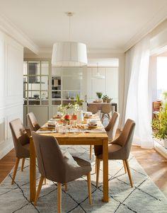 Comedor separado de la cocina por pared y puerta corredera de cuarterones de cristal