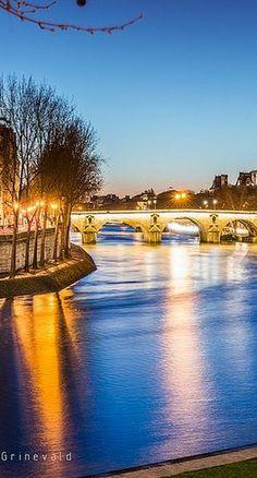 L'heure bleue sur le Pont Marie / Paris, France