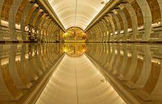 La metropolitana è spesso associata al rumore e ad ogni genere di sporcizia... un po' meno all'architettura. In giro per il mondo vi sono stazioni che sono un esempio di architettura straordinaria.