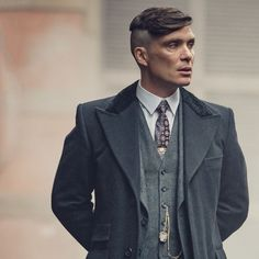 Peaky Blinders season 5 deleted scenes from ending reveal who betrayed Tommy Shelby - Yovonnda Clayal Peaky Blinders Poster, Peaky Blinders Series, Cillian Murphy Peaky Blinders, Peaky Blinders Suit, Peaky Blinders Season 5, Peaky Blinder Haircut, Peaky Blinders Tommy Shelby, George Mackay, Harley Quinn Cosplay