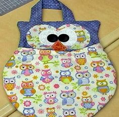 Free pattern to sew up this owl. The original pattern is for a trash bag for your car, but it would be great for a changing pad, placemants, etc. Sewing Crafts, Sewing Projects, Owl Bags, Custom Aprons, Diy Purse, Patchwork Bags, Patch Quilt, Learn To Sew, Free Sewing