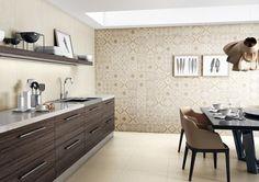 cozinha com armários escuros,