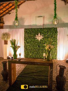 Casamento no campo, realizado em Piracicaba, no belo espaço Haras, com decoração do altar com muro inglês arranjos com copo de leite, com o toque da Verde Total decorações