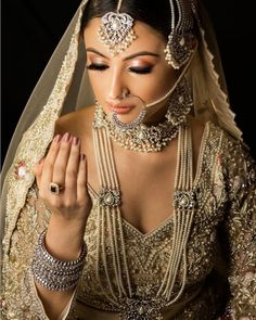The glowing highlighter for a dewy feel with enormous lashes and a fine-lined eyeliner is all it takes to create the magic. Bridal Makeup Tips, Indian Bridal Makeup, Wedding Makeup Looks, Indian Accessories, Sparkling Eyes, Nude Makeup, Bride Portrait, Glamorous Makeup, Wedding Function