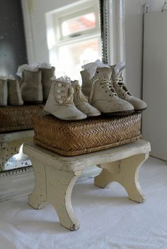 Smått och gott lite var stans i huset. Old Benches, Victorian Shoes, Cute Baby Shoes, Old Shoes, Baby Boots, English Style, Vintage Shabby Chic, Childrens Shoes, Shoe Collection