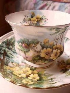 Šálek na čaj * růžový porcelán s malovaným obrázkem chaloupky v květinovém zátiší.