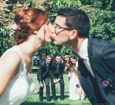 Au-delà des séances photo pré et post mariage, pensez aux clichés du jour J. Pour garder des souvenirs pleins d'humour de votre journée nuptiale, voici 10 façons de poser en groupe devant l'objectif.