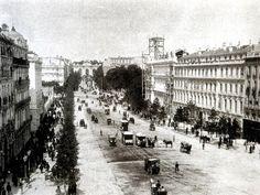 La calle de Alcalá antes de 1891. El edificio de la derecha es el Banco de España, aún en construcción.  En la plaza de Cibeles, en el lugar del antiguo Palacio de Comunicaciones se ve la arboleda de los jardines del Buen Retiro