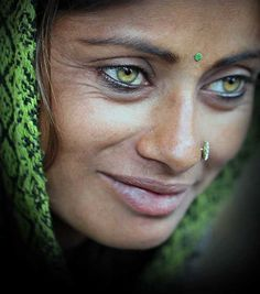 The first thing that you see in this photograph is the woman's eyes. If you look closely, you are able to see the beauty and perfection of this woman. It does not derive exclusively from the color of her eyes. All features of her face are beautiful. Pretty Eyes, Cool Eyes, Beauty Around The World, Stunning Eyes, Most Beautiful Eyes, Interesting Faces, People Around The World, Belle Photo, Green Eyes