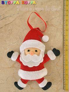 Babbo Natale in feltro e pannolenci per decorare il tuo albero di Natale. Fatto a mano da Susi, che pratica il cucito creativo come hobby con amore e precisione in modo che i suoi manufatti possano durare nel tempo. Una simpatica idea regalo poco impegnativa per far sì che ogni Natale una persona cara pensi a te con tenerezza. Contiene imbottitura anallergica.