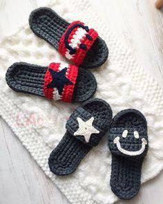 Puteți croșeta o pereche de papuci de cameră într-o singură seară! - Fasingur Crochet Clutch Bags, Crochet Sandals, Crochet Shoes, Crochet Clothes, Crochet Boat, Love Crochet, Knit Crochet, Knitted Slippers, Knitted Bags