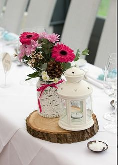 Table centre rustic wooden slices with lanterns