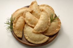 Make These Easy Ham and Cheese Empanadas With Puff Pastry Dough Delivery Comida, Cheese Empanadas Recipe, Dominican Empanadas Recipe, Chicken Empanadas Recipe Easy, Beef Empanadas, American Appetizers, Puff Pastry Dough, Ham And Cheese, Goat Cheese