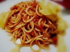 Spaghetti al sugo accompagnati con patatine fritte