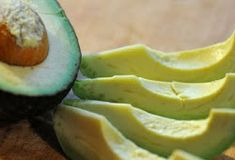Why You Should Be Eating Avocado Seeds on Green Blender Healthy Fats, Healthy Life, Healthy Skin, Calorie Dense Foods, Avocado Health Benefits, Avocado Seed, Food Articles, Lose Weight Naturally, Avocado Recipes