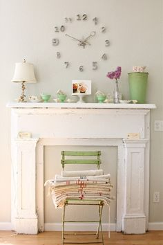 Here we present you some gorgeous interior decor ideas in shabby chic style. The main characteristic of shabby chic interior design is aged and distressed Casas Shabby Chic, Estilo Shabby Chic, Shabby Chic Interiors, Shabby Chic Homes, Shabby Chic Style, Shabby Chic Decor, Fireplace Mantle, Fireplace Design, Faux Mantle