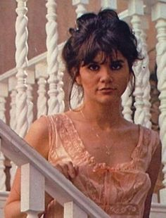 Linda Ronstadt on stairs Linda Ronstadt, Beautiful Girl Image, Beautiful Voice, Chris Botti, Women Of Rock, Brave Women, Female Singers, Her Music, Tucson