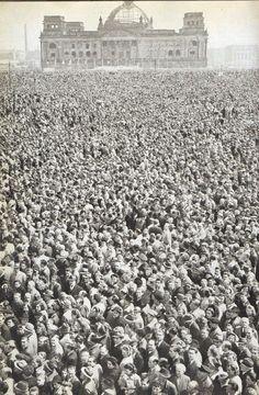 Berlin, 1 Mai Kundgebung vor dem Reichstag, 1950.