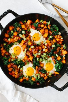 Sweet potato breakfast hash is an easy skillet breakfast recipe perfect for fall and winter! Sweet potato breakfast hash is an easy skillet breakfast recipe perfect for fall and winter! Sweet Potato Breakfast Hash, Sweet Potato Side Dish, Sweet Potato Kale, Whole 30 Breakfast, Potato Side Dishes, Breakfast Potatoes, Main Dishes, Sweet Potato Recipes Healthy, Healthy Recipes